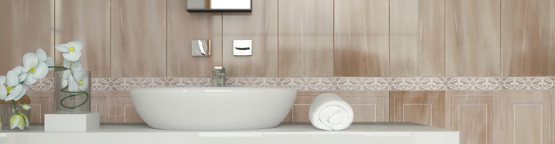 Настенная плитка с декором в ванной комнате