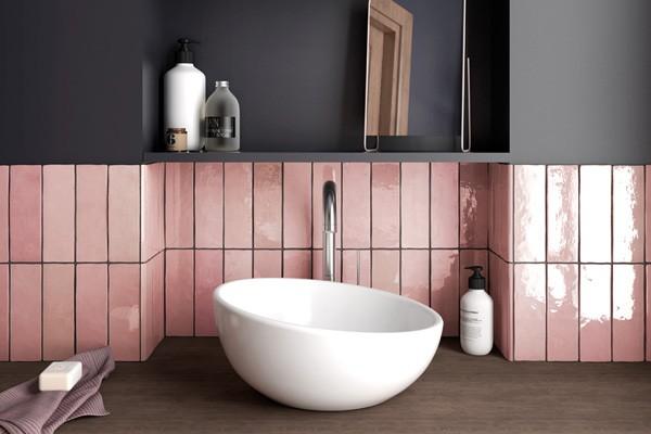 Интерьер кухни с розовой плиткой
