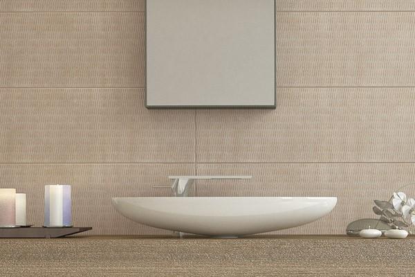 Керамическая плитка Geometrics на стене в ванной, Serra. Фото